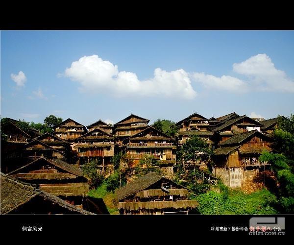 三江侗族自治县境内的吊脚楼群-老外穿比基尼种田,体验原生态的民